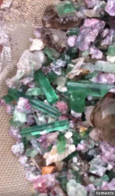 国外老头在一个泉眼中发现绿色晶体抓出一把来一看瞬间惊呆了