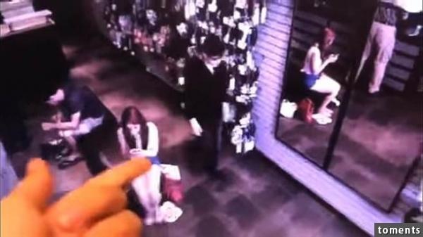 鏡中竟然沒有照出黑衣男子的影像 嚇壞店員(圖片取自YouTube)
